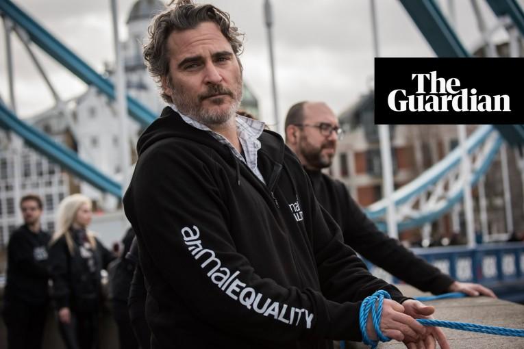 The Guardian: Joaquin Phoenix vyzývá lidi, aby se stali vegany